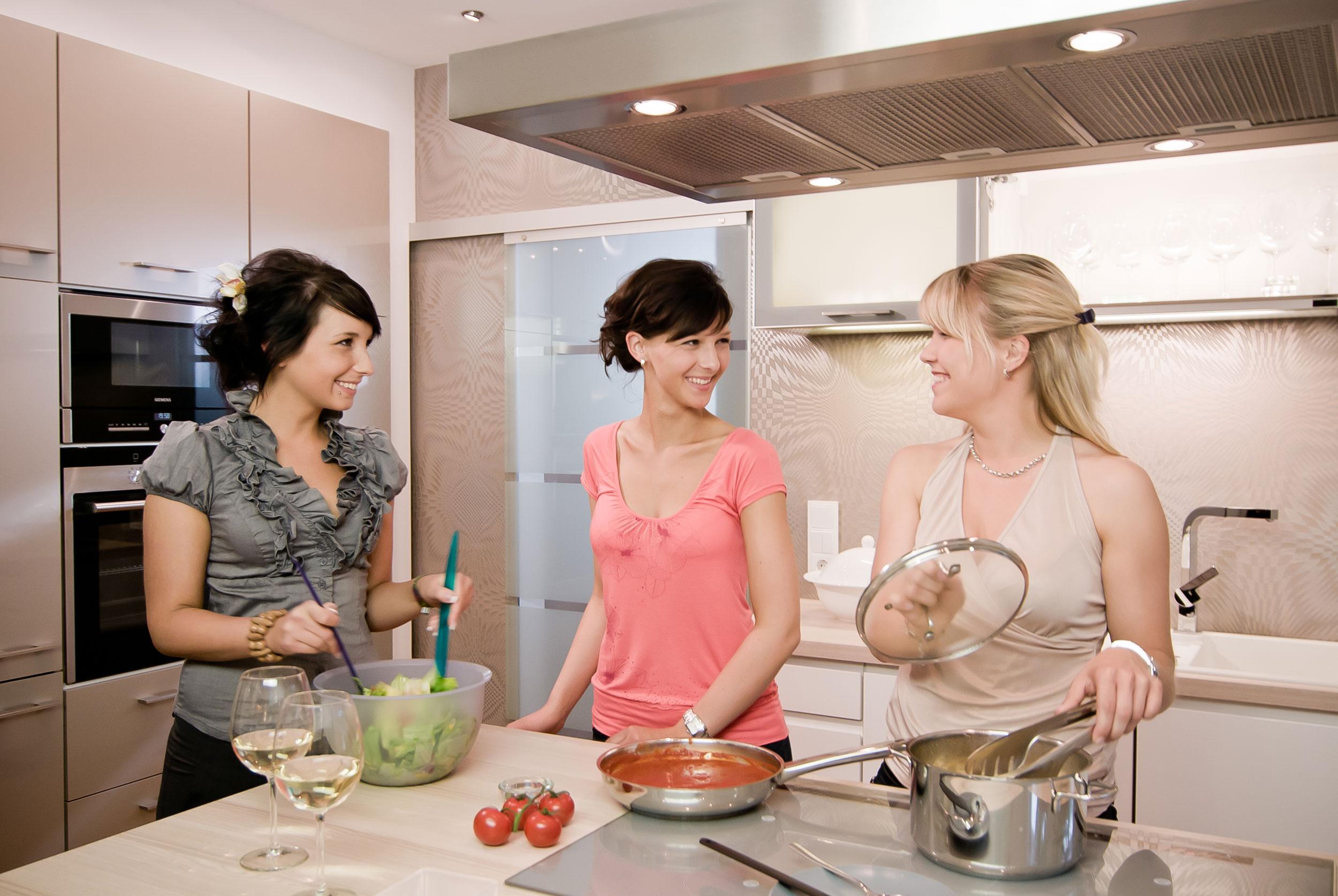 drei Frauen kochen in der Küche einer Wohnung der Wohnungsgenossenschaft 1. Mai in Zeitz