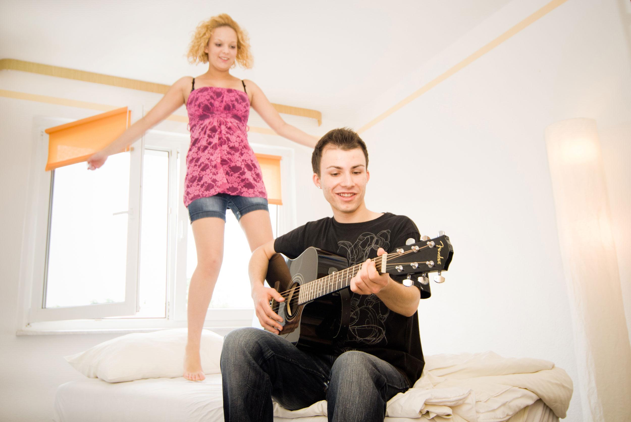 Jugendliche in erster eigener Wohnung in Zeitz
