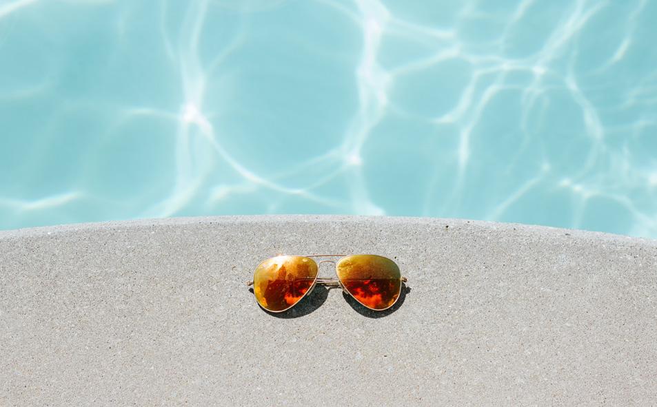Sonnenbrille am Pool Urlaubsspecial